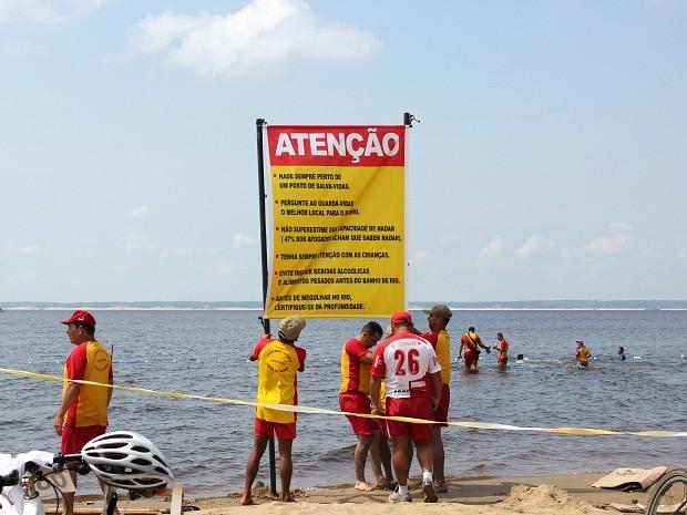 Bombeiros sinalizam área da Ponta Negra destinada a banhistas (Foto: Adneison Severiano/G1 AM)