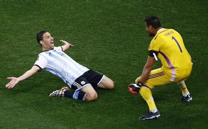 Maxi e Romero comemoram vitória argentina