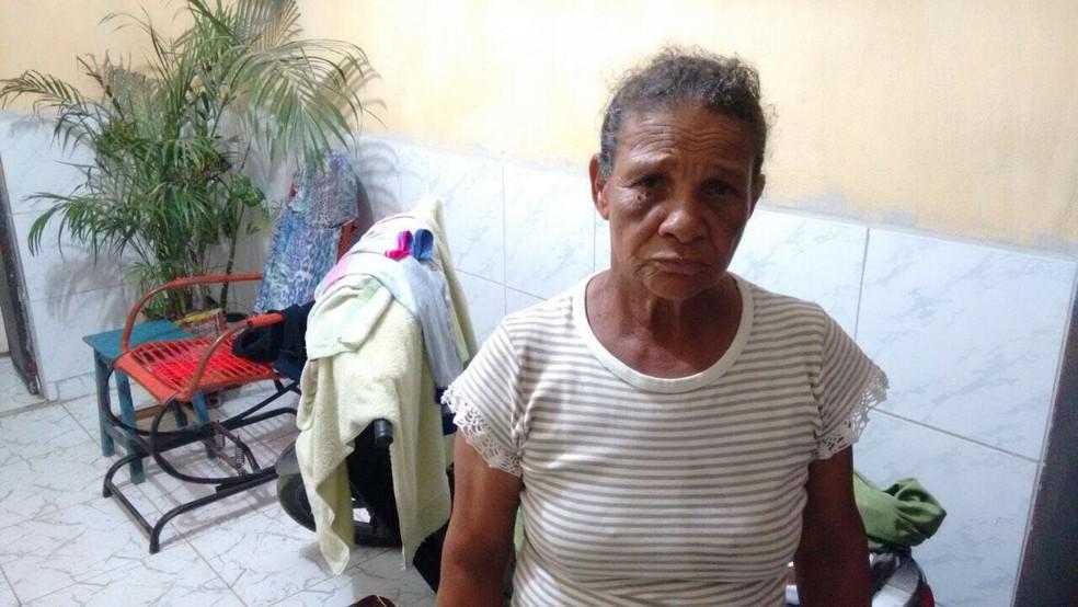 Maria José, que vinha pagando carro-pipa e teve a casa alagada pelas chuvas (Foto:  Mavian Barbosa/G1)