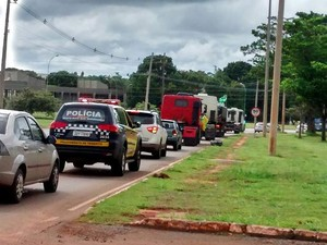 Caminhões dão a volta no estádio Nacional Mané Garrincha, em Brasília, escoltados pela polícia (Foto: Isabella Calzolari/G1)