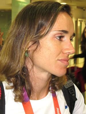 Fabiana Beltrame  no desembarque em Londres  (Foto: Carlos Mota / Globoesporte.com)