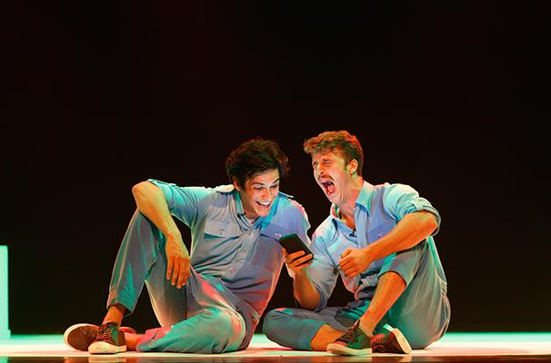 Mateus Solano e Miguel Thiré em cena do espetáculo (Foto: Divulgação)