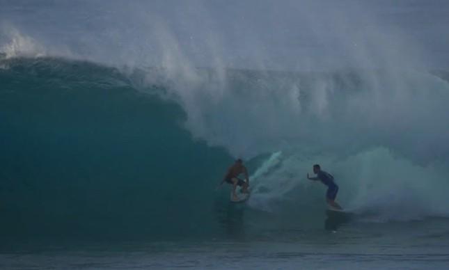 Koa Smith e Jerônimo Vargas em um tubo em Off the Wall