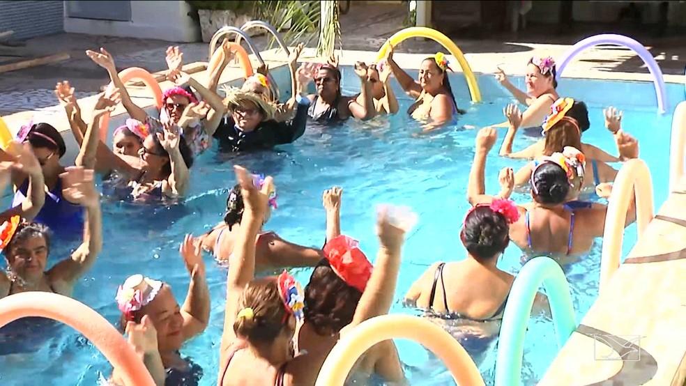 Com muito chame e vigor, mulheres fazem exercícios tradicionais da hidroginástica no ritmo do forró. (Foto: Reprodução/TV Mirante)