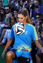 Fernanda Lima faz embaixadinhas na passarela do Fashion Rio