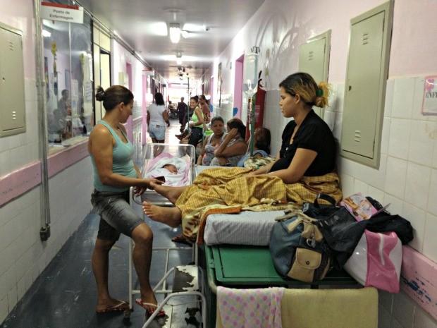 Luiza Caroline em maca no corredor da maternidade do Hospital de Base (Foto: Ivanete Damasceno/G1)
