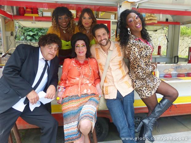 Alejandro posa ao lado do elenco de Pé na Cova (Foto: Pé na Cova/TV Globo)