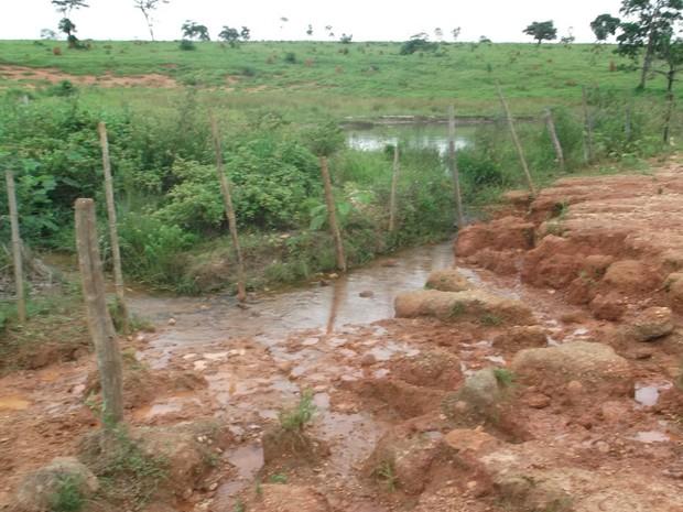 Área de nascente e de preservação foi pisoteada pelo gado e está com erosão (Foto: Divulgação/ PMA)