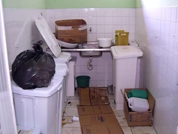 Lixo hospitalar se acumula no Giselda Trigueiro  (Foto: Reprodução/ Inter TV Cabugi)