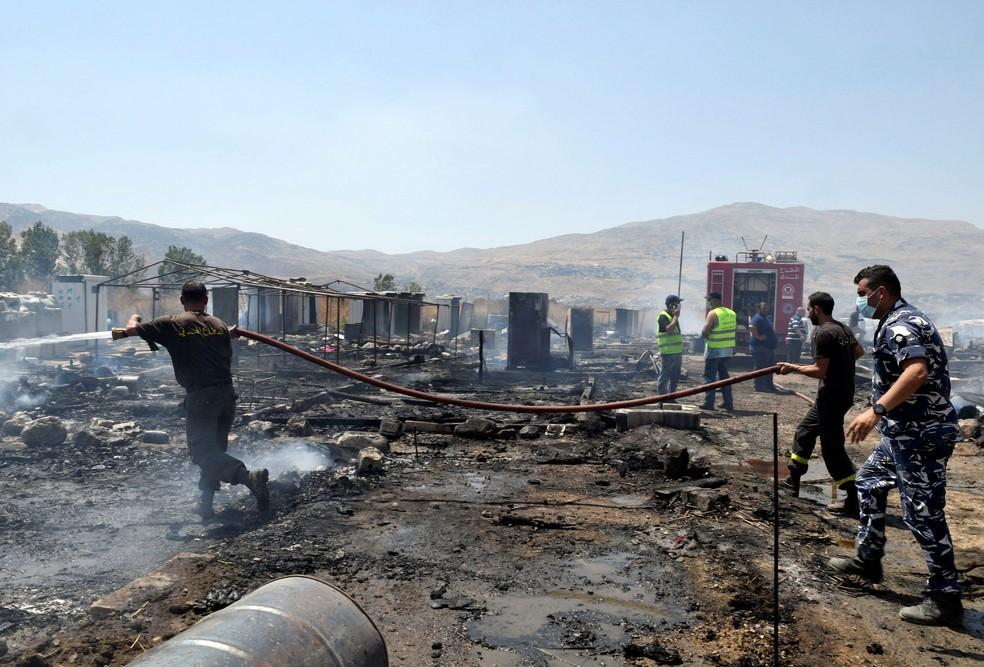 Bombeiros tentam conter incêndio em campo de refugiados perto da cidade de Qab Elias, no Líbano (Foto: REUTERS/Hassan Abdallah)