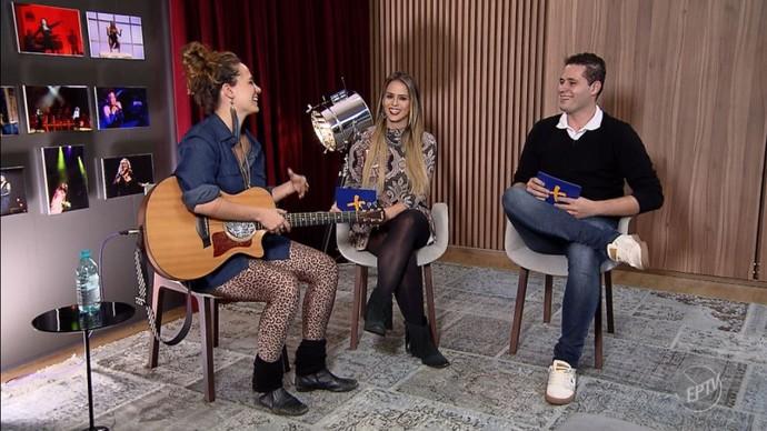 """A cantora Tiê se divertiu com o comentário do Pedro: """"Parece que engoliu um litro de mel"""". (Foto: reprodução EPTV )"""