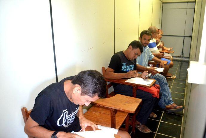 Participantes preenchem a ficha de inscrições com informações pessoais (Foto: Hellen Monteiro/ Rede Amazônica)