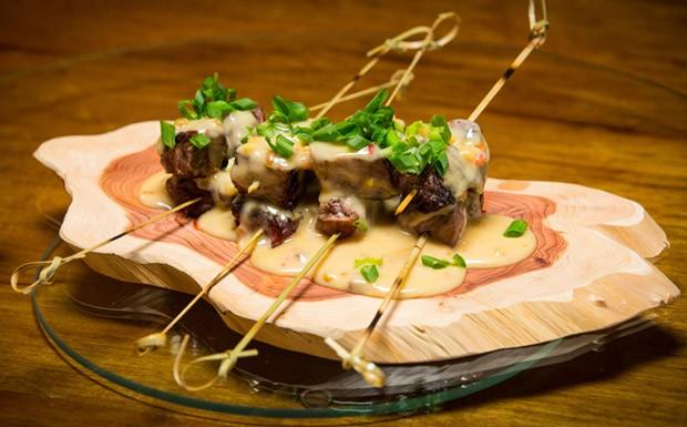 Espetinho de carne ao molho de amendoim picante do chef Felipe Bronze para Comidinhas de Chef (Foto: F. Nicolletti e Beto Campos)