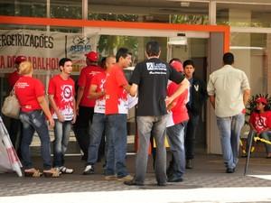 Manifestantes entregaram panfletos pelas ruas contra a terceirização. (Foto: Nathália Lorentz/ G1)