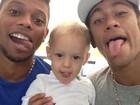Neymar acompanha o filho e mostra a língua