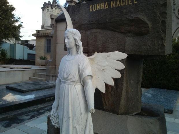 Detalhes quebrados em anjo revelam atos de vandalismo no cemitério (Foto: Samuel Nunes/G1)