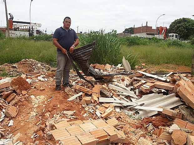O pintor Luan Andrade, de 24 anos, que teve a casa derrubada no Sol Nascente um dia antes de mudar para o local (Foto: Raquel Morais/G1)