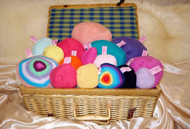 ONG britânica tricota seios para mulheres que sofreram com o câncer de mama! (Foto: Reprodução/Twitter)