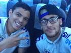 Neymar aparece de óculos ao lado de Thiago Silva