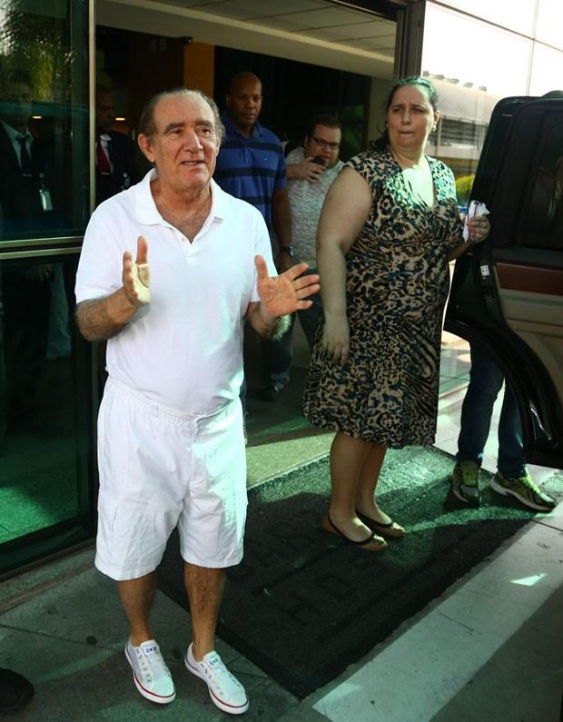 Renato Aragão ao lado da mulher (Foto: Marcello Sá Barretto/AgNews)