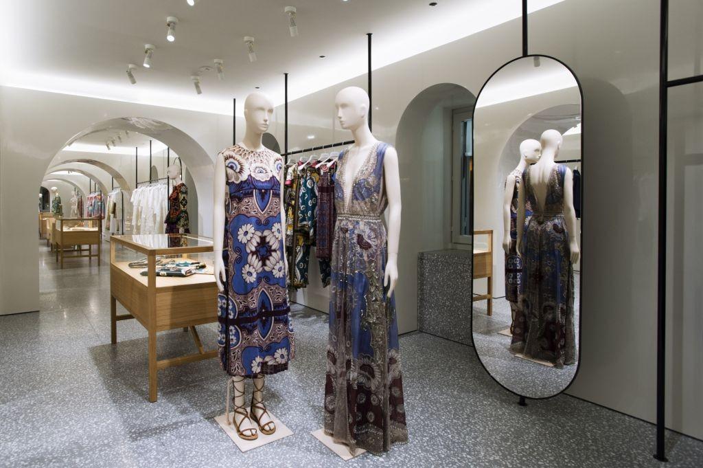 Valentino reinaugura loja em roma que ser palco do for Mobili di marca