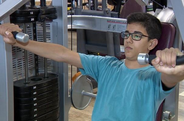Adolescentes estão invadindo as academias de musculação (Foto: Reprodução/RBS TV)