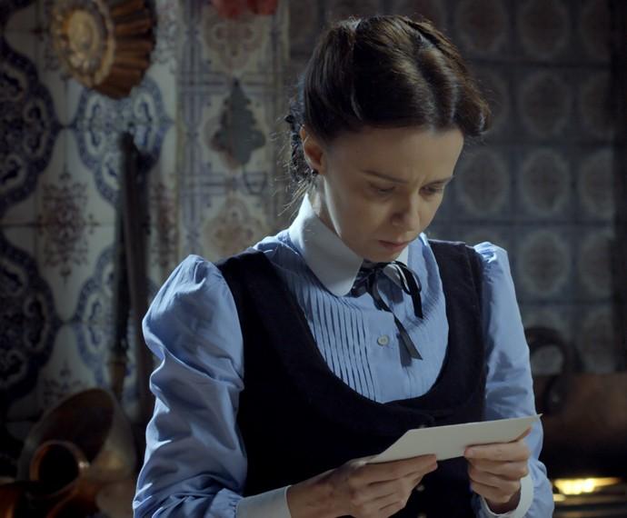 Severa recebe uma carta misteriosa (Foto: TV Globo)