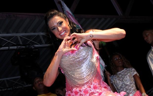 Gracyanne Barbosa manda coraçãozinho para foto (Foto: Henrique Oliveira/Photo Rio News)