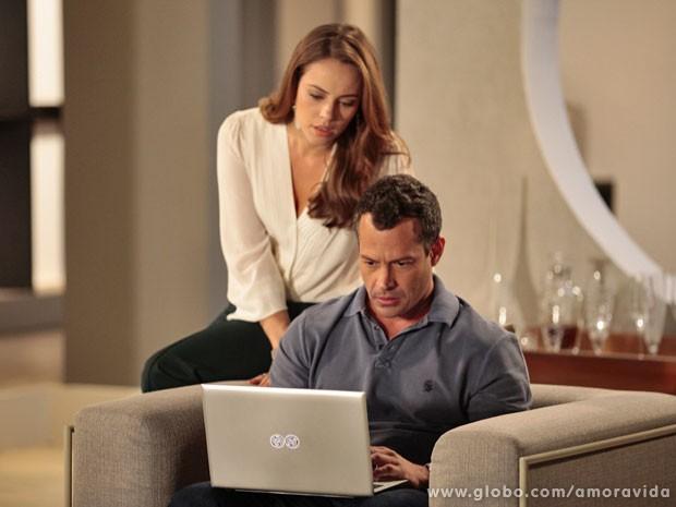 Bruno e Paloma procuram informações sobre o dono do bar na internet (Foto: Amor à Vida / TV Globo)