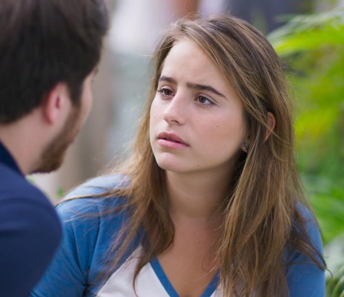 A menina fica chocada com a reação do namorado (Foto: TV Globo)