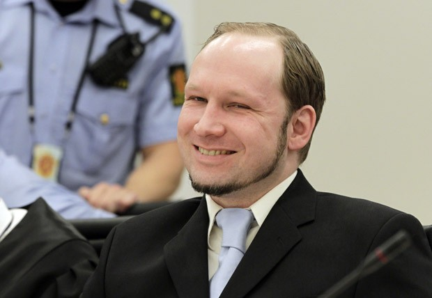 O terrorista de extrema-direita Anders Breivik sorri durante seu julgamento nesta quinta-feira (21) em Oslo (Foto: AFP)