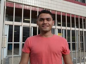 SÁBADO (8) - ARACAJU (SE) - O estudante Breno Yan Teixeira Gomes, de 23 anos, fez uma avaliação positiva do 1º dia. 'Tenho certeza de que consegui uma boa pontuação. Amanhã irei focar na redação'.  (Foto: Marina Fontenele/G1)