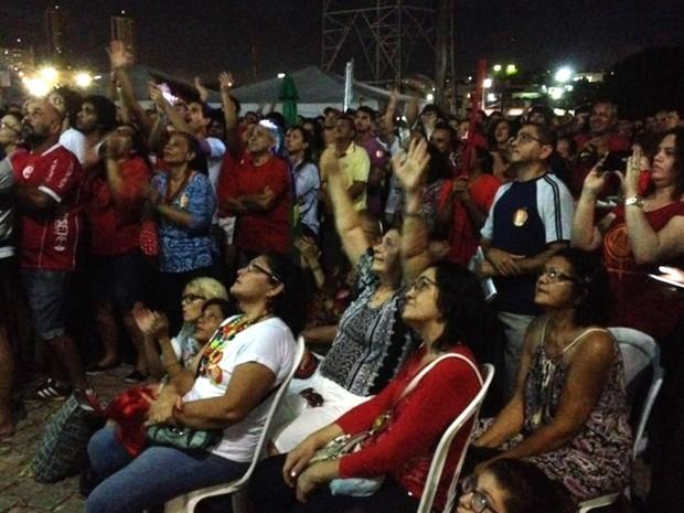 Grupo que apoia o governo Dilma Rousseff  acompanha votação do impeachmet na Zona Sul de Natal (Foto: Fabiano de Oliveira/G1)