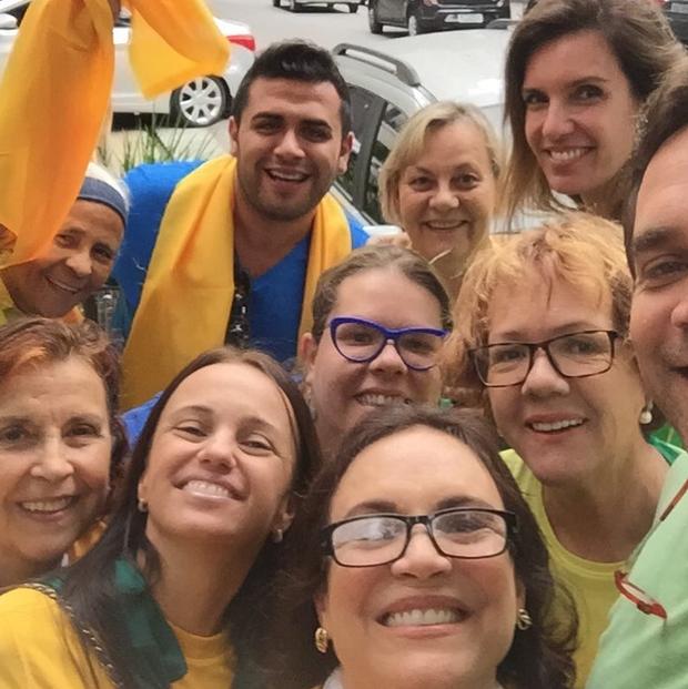 Regina Duarte participa de manifestação com amigos (Foto: Reprodução/Instagram)