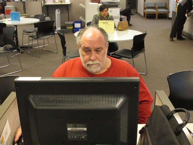 Homem busca trabalho em um centro de apoio a desempregados em Salem, no Oregon. (Foto: AP)