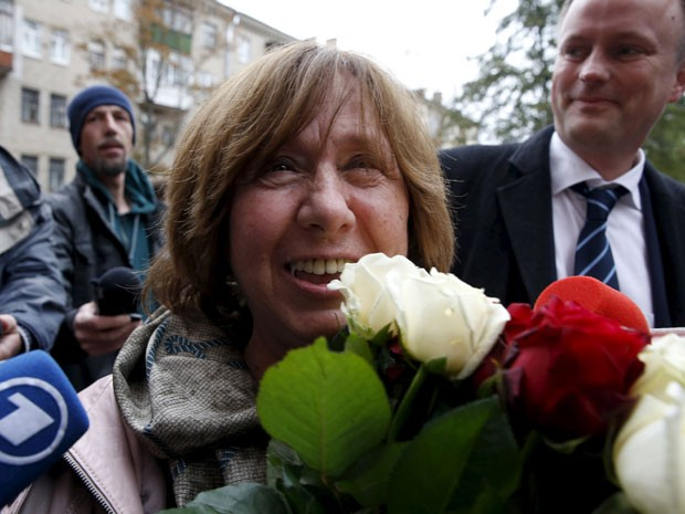 A escritora bielorrussa Svetlana Alexievich segura flores ao chegar para a entrevista coletiva, em Minsk, Belarus, nesta quinta-feira (8) após ser anunciada ganhadora do Prêmio Nobel de Literatura 2015 (Foto: Vasily Fedosenko/Reuters)