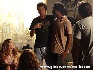 Ben comemora a novidade com Frédéric (Foto: Malhação / TV Globo)