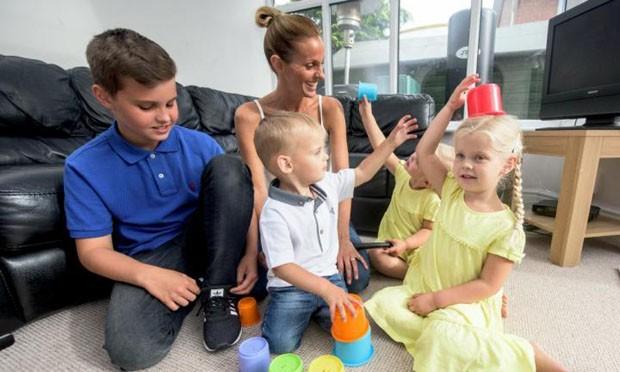 Com os quatro filhos: Lewis (12), Megan (4), Harry (2) e Eva (3) (Foto: Caters)
