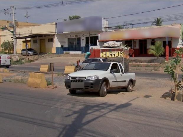 Como o canteiro foi interditado para obras do VLT, a população improvisou retornos (Foto: Reprodução/TVCA)