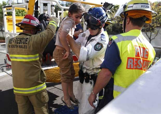 Garota é resgatada de vagão do monotrilho (Foto: Reuters)