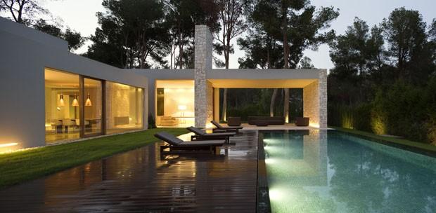 uma casa minimalista e transparente na floresta casa