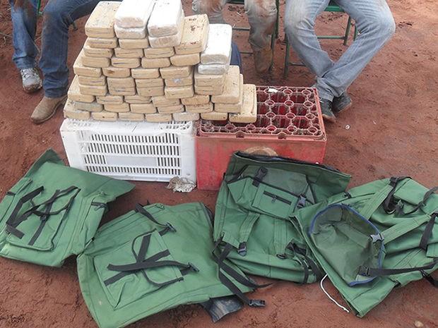 Com os suspeitos, a polícia encontrou mochilas que seriam utilizadas no transporte da droga. (Foto: Gefron-MT)