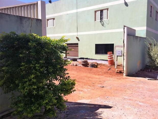 Depósito de fábrica de materiais de construção no Riacho Fundo I, no DF (Foto: Raquel Morais/G1)