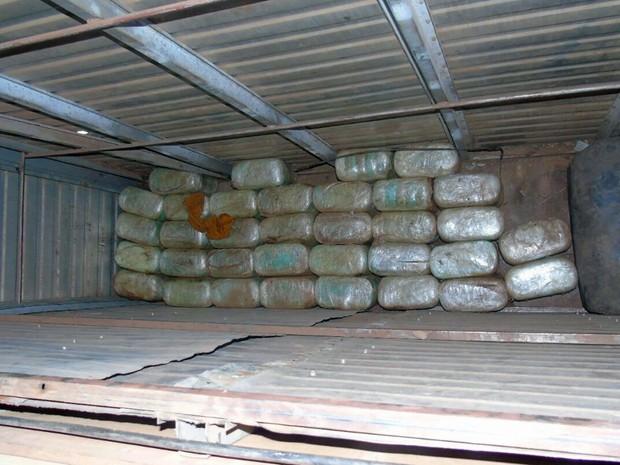 Droga que estava sendo transportada no fundo falso de um caminhão baú foi apreendida na manhã desta quinta-feira (31) (Foto: Divulgação/ Sinpef)