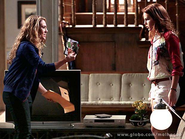 Meg encontra as fotos recortadas e acusa Anita (Foto: Malhação/ TV Globo)