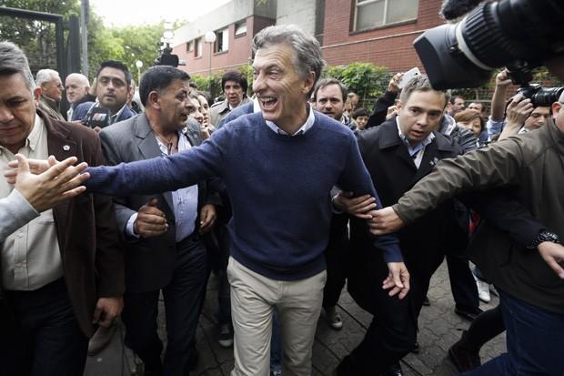 Ambos os candidatos têm sido criticados nas redes sociais; Macri teve seu rosto pintado de vermelho e com chifres  (Foto:  AP Photo/Victor R. Caivano)