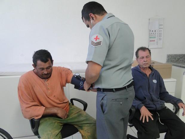 Pescadores receberam atendimento médico, eles passam bem (Foto: Divulgação / Capitania dos Portos do Paraná)