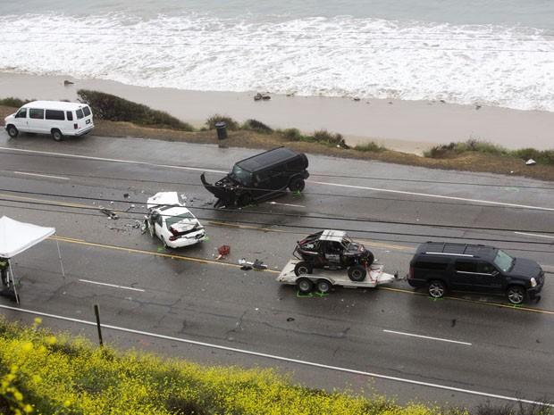 O SUV com um trailer, pertencente a estrela de Reality Show Bruce Jenner, é visto na cena de um acidente em que uma pessoa morreu e pelo menos outras sete ficaram feridas, no sábado (7) (Foto: Ringo H.W. Chiu/AP)