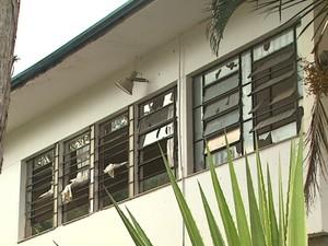 Escola estadual em São Simão foi apedrejada durante confusão com alunos (Foto: Ronaldo Oliveira/ EPTV)