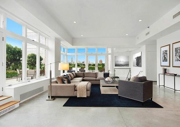 A espaçosa sala do apartamento de Rihanna (Foto: reprodução)